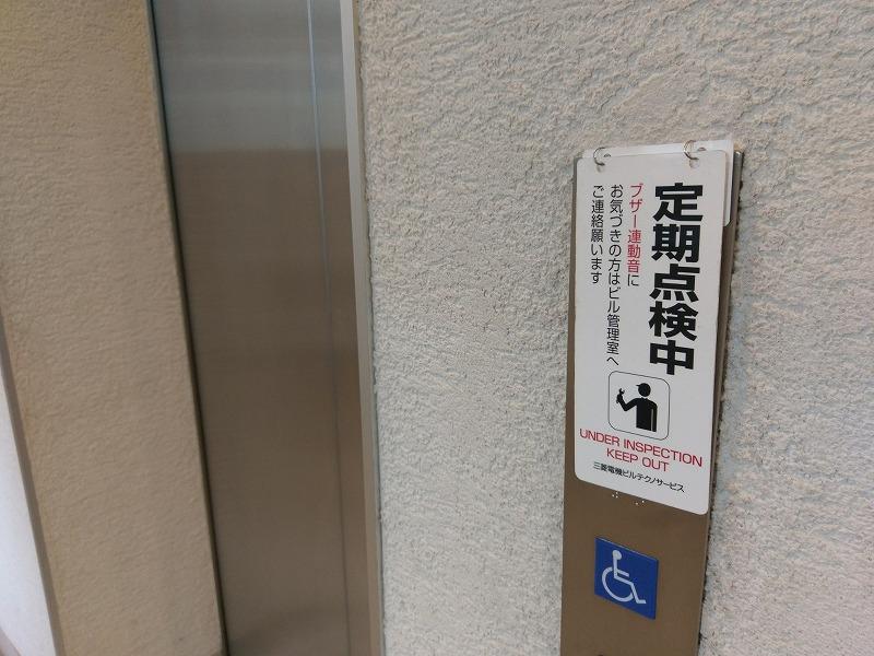 タワーマンションのエレベーターが定期点検中である様子