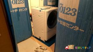 ドラム式洗濯乾燥機の引越しで玄関から搬出入できない様子