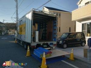 サカイ引越センターのトラック、搬入の様子