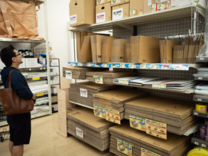 島忠ホームズ東村山店のダンボールコーナー、引越しに必要な資材を購入する