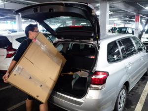 購入した引越し資材をカーシェアリングの車両に詰め込む