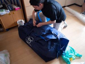 アート引越センターの布団袋に布団を詰める