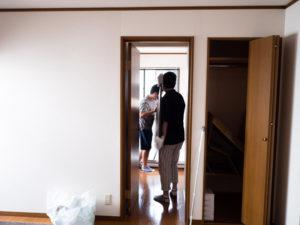 引越し業者に頼まず自分たちでベッドを階段で運搬する